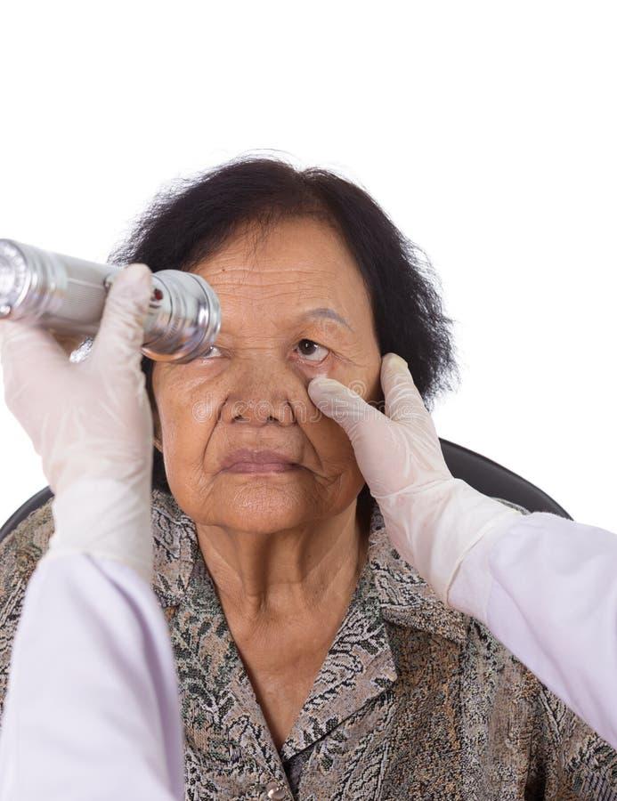 Reflexos dos testes do neurologista do olho da jovem mulher fotografia de stock royalty free