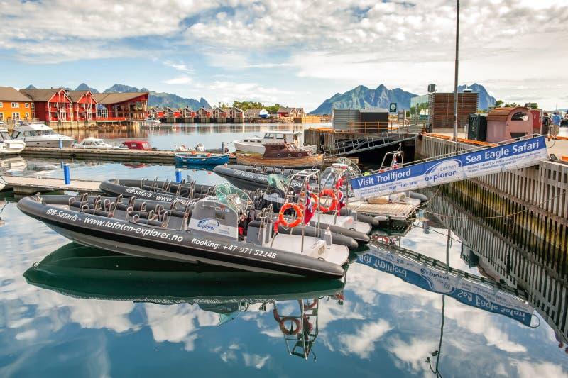 Reforço-barcos amarrados no porto de Svolvaer em Lofoten imagens de stock