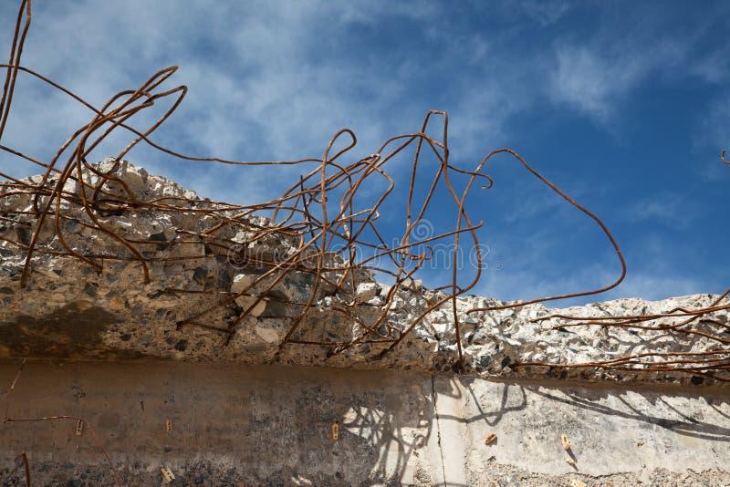 Reforço de aço Tangled em concreto quebrado fotografia de stock