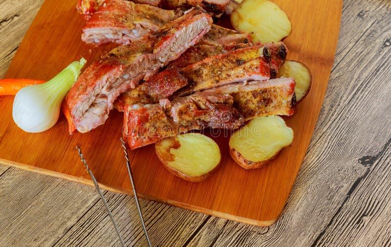 Reforços assados deliciosos temperados com um molho de aspersão picante e servidos com fresco desbastado fotos de stock