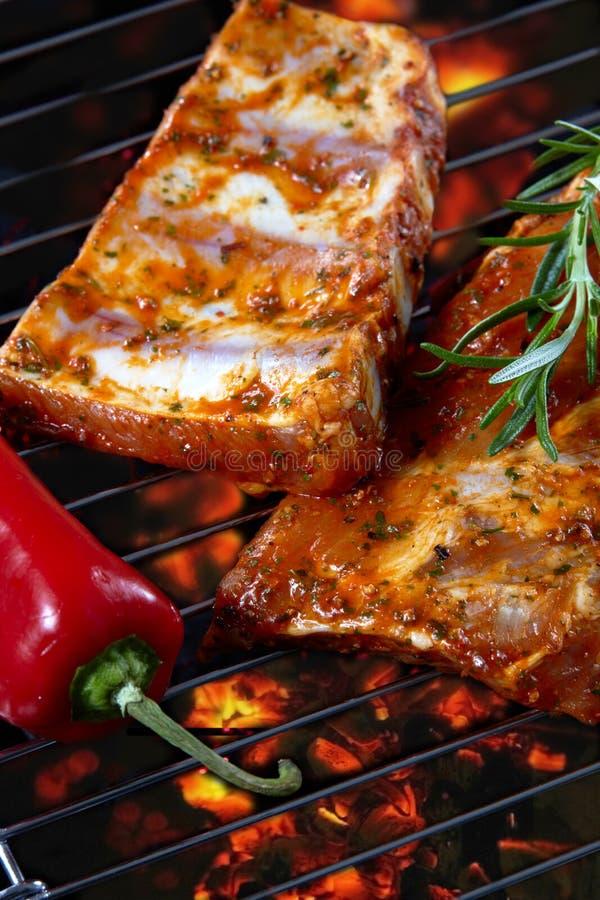 Reforços de carne de porco crus na grade foto de stock royalty free
