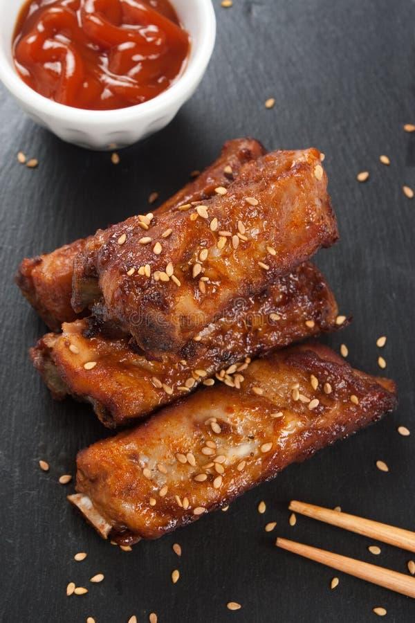 Reforços de carne de porco do assado com sésamo fotografia de stock royalty free