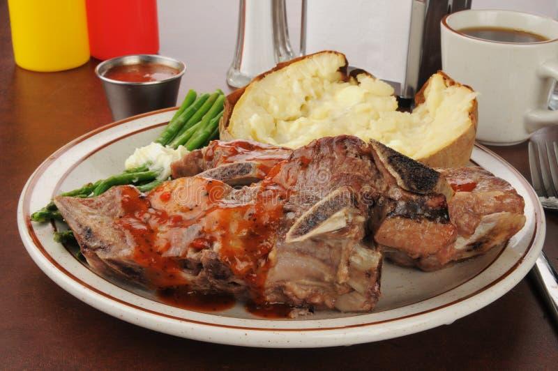 Reforços de carne de porco e batata cozida fotos de stock