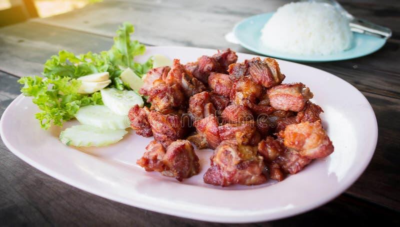 Reforços de carne de porco fritados suculentos na placa fotos de stock
