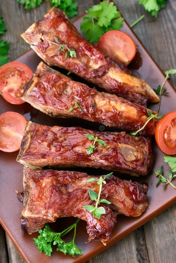 Reforços de carne de porco na placa fotografia de stock royalty free