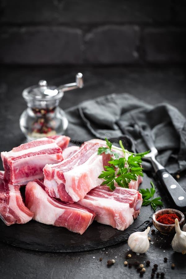 Reforços de carne de porco, carne crua foto de stock
