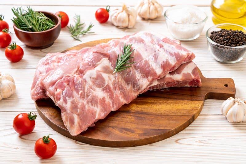 Reforços de carne de porco crus frescos imagens de stock