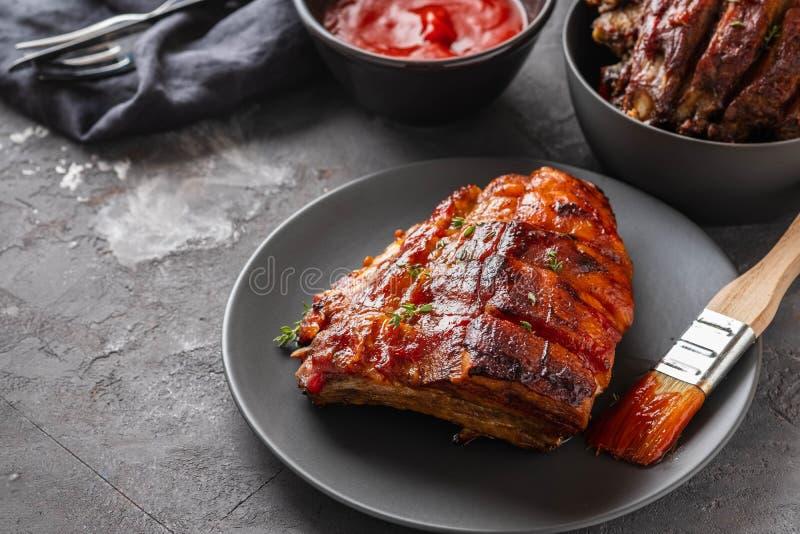 Reforços de carne de porco fumado caseiros do assado prontos para comer Copie o espaço foto de stock
