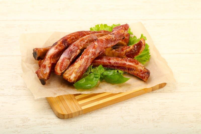 Reforços de carne de porco fumados com salada foto de stock royalty free