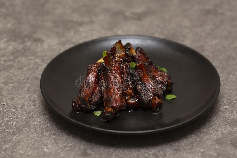 Reforços de carne de porco grelhados com batata triturada imagens de stock royalty free