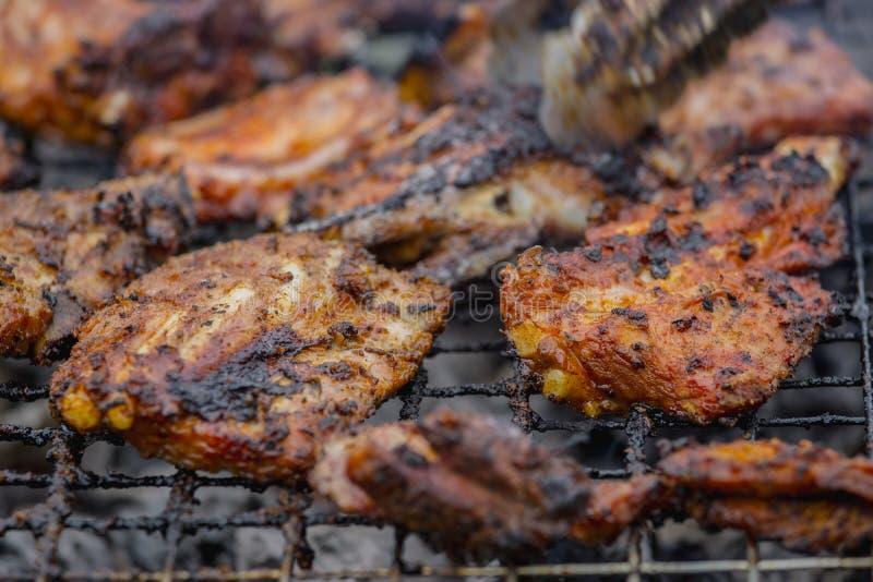 Reforços de carne de porco grelhados na grade imagens de stock royalty free