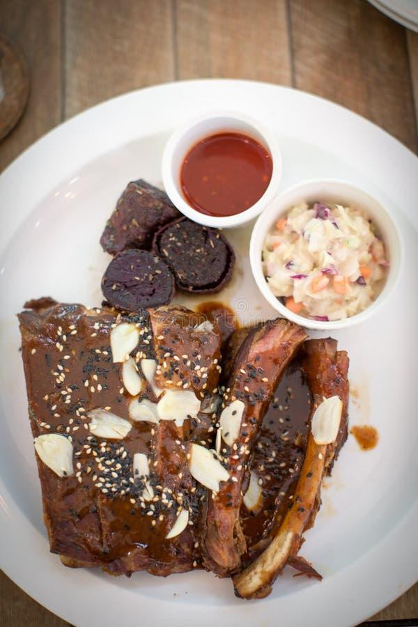 Reforços de carne de porco picantes com molhos e o ingrediente tailandês foto de stock