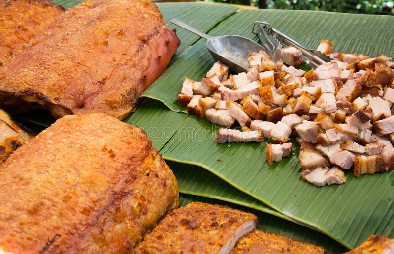 Reforços deliciosos do BBQ com estilo tailandês brindado do pão no mercado imagem de stock