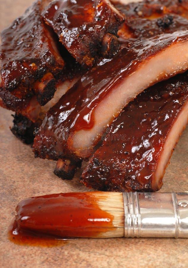 Reforços deliciosos do BBQ com molho tangy imagens de stock