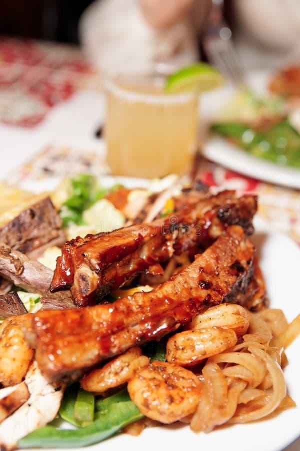 Reforços e camarões grelhados de carne de porco foto de stock
