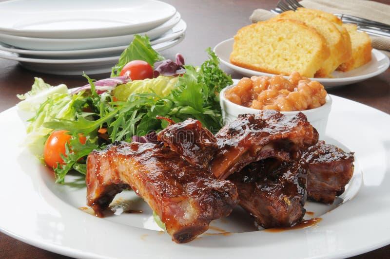 Reforços e salada de carne de porco imagem de stock