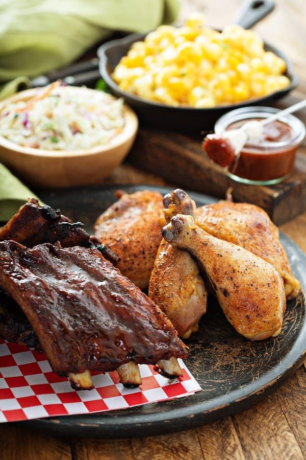 Reforços grelhados ou fumado e galinha fotos de stock
