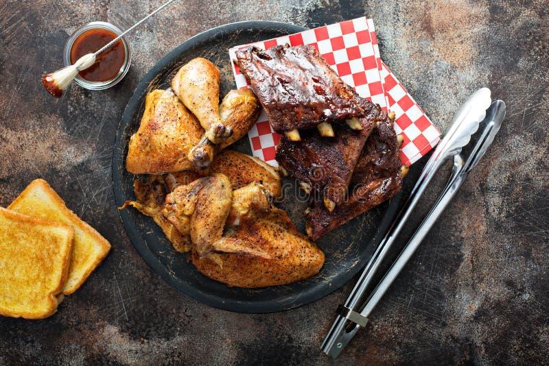 Reforços grelhados ou fumado e galinha foto de stock