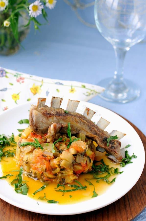 Reforços Roasted do cordeiro com vegetais stewed fotografia de stock royalty free