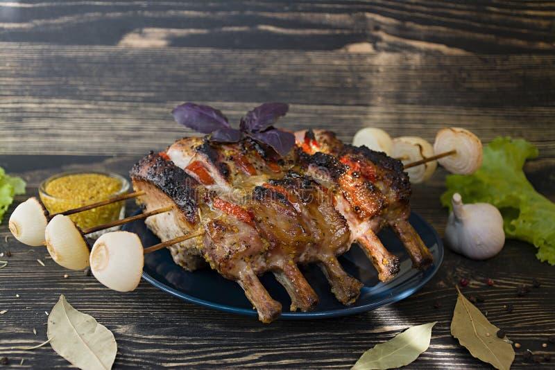 Refor?os de carne de porco grelhados com vegetais e especiarias em um fundo de madeira Vista lateral fotografia de stock