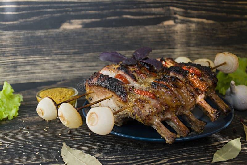 Refor?os de carne de porco grelhados com vegetais e especiarias em um fundo de madeira Vista lateral imagens de stock royalty free