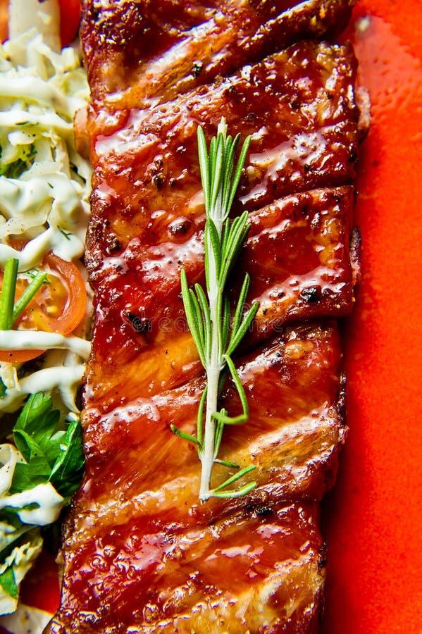 Refor?os de carne de porco grelhados Fundo do cinza, vista lateral, close-up foto de stock