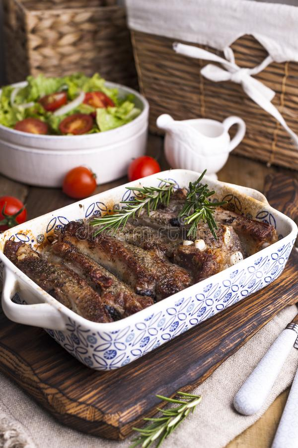 Refor?os de carne de porco grelhados r r Espa?o livre para imagem de stock royalty free