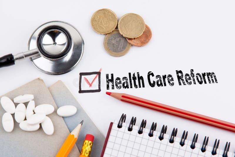 Reforma de la atención sanitaria Cuestionario con la Cruz Roja en el Libro Blanco imagen de archivo