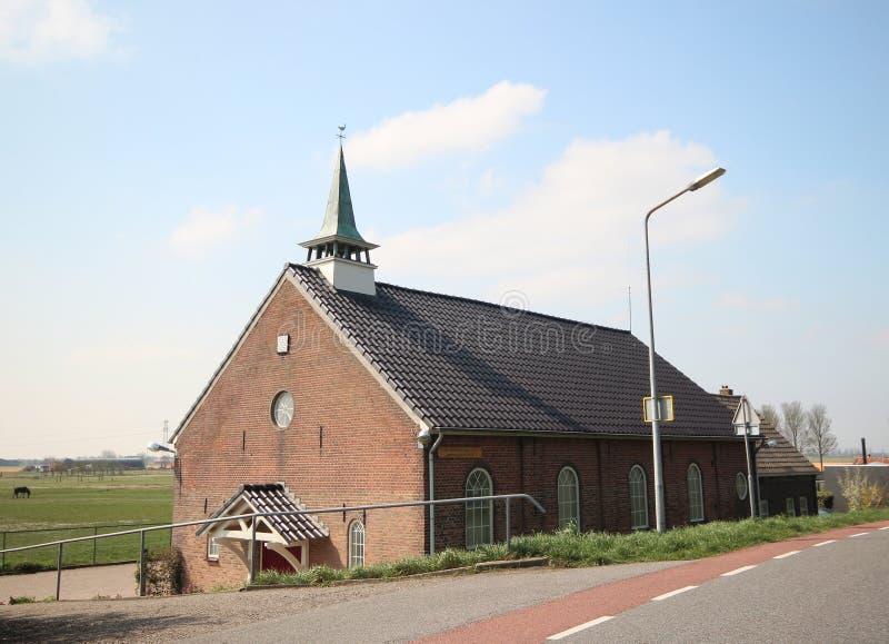 Reformowany mały kościół w słońcu w melinie Bommel na wyspie Goeree Overflakkee w holandiach obraz royalty free