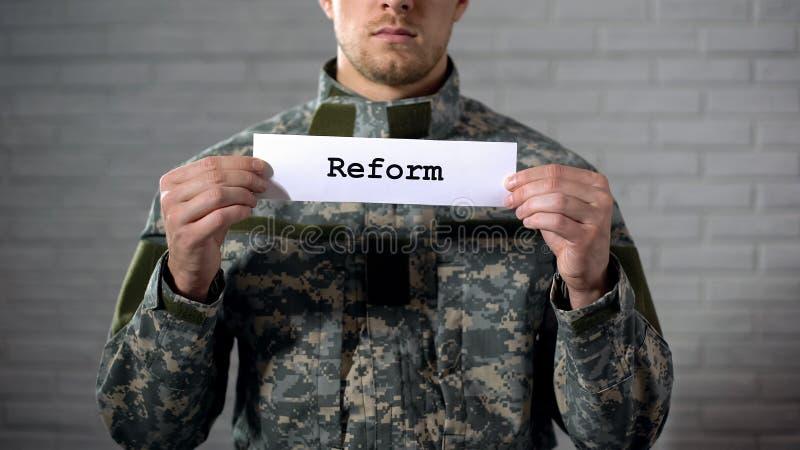 Reformy słowo pisać dalej podpisuje wewnątrz ręki męski żołnierz, militarnego prawa poprawka zdjęcie stock