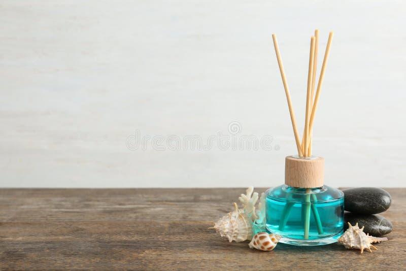 Refraîchissant, pierres de station thermale et coquilles tubulaires aromatiques de mer sur la table en bois sur le fond léger image libre de droits