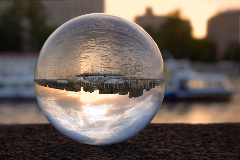 Refraction na esfera de vidro imagem de stock