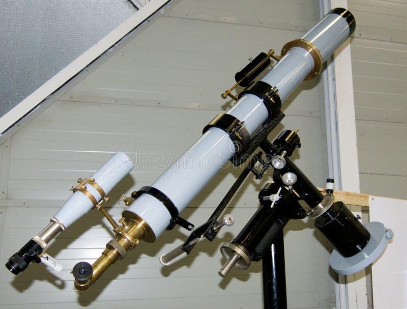 Refractor del telescopio en la exhibición ecuatorial imágenes de archivo libres de regalías
