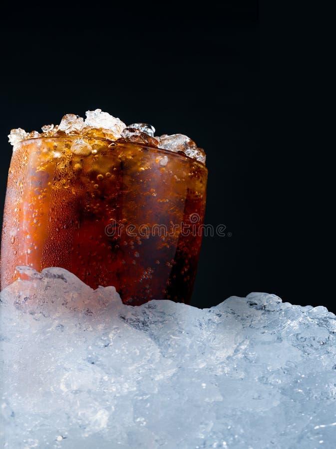 Refresco con los cubos de hielo machacados en de cristal puesta en la pila de Cu del hielo fotografía de archivo libre de regalías