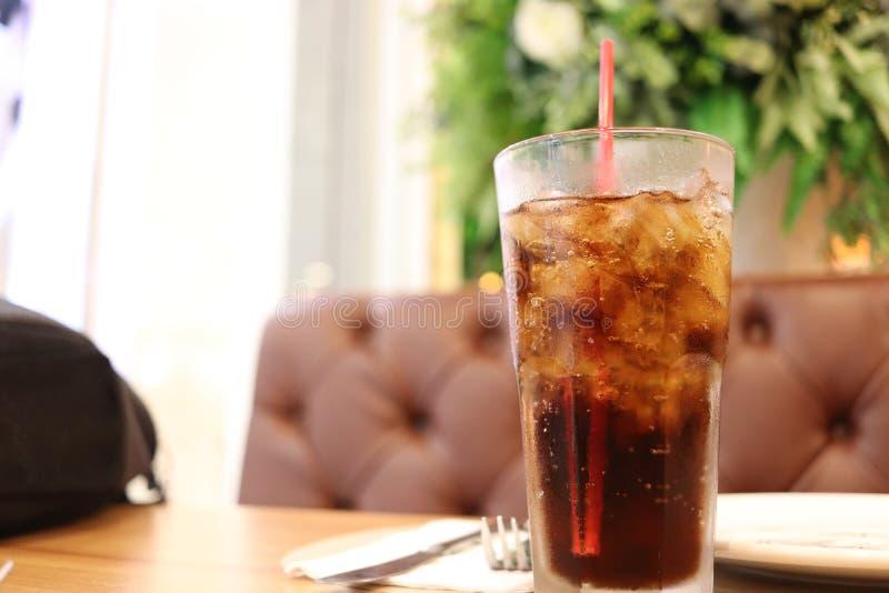Refresco congelado na tabela, bebida carbonatada congelada, cola congelada fotografia de stock