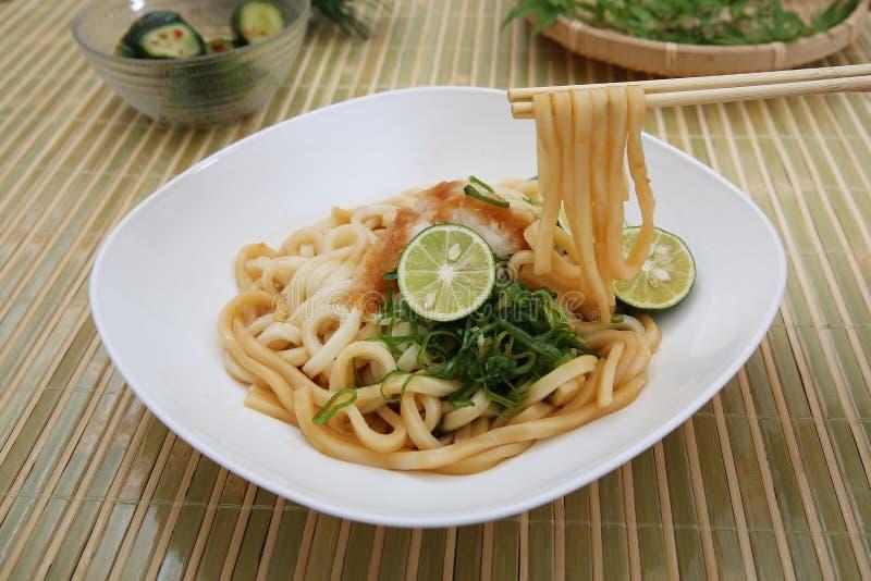 Refresco lo y la un plato llamado el udon imagenes de archivo