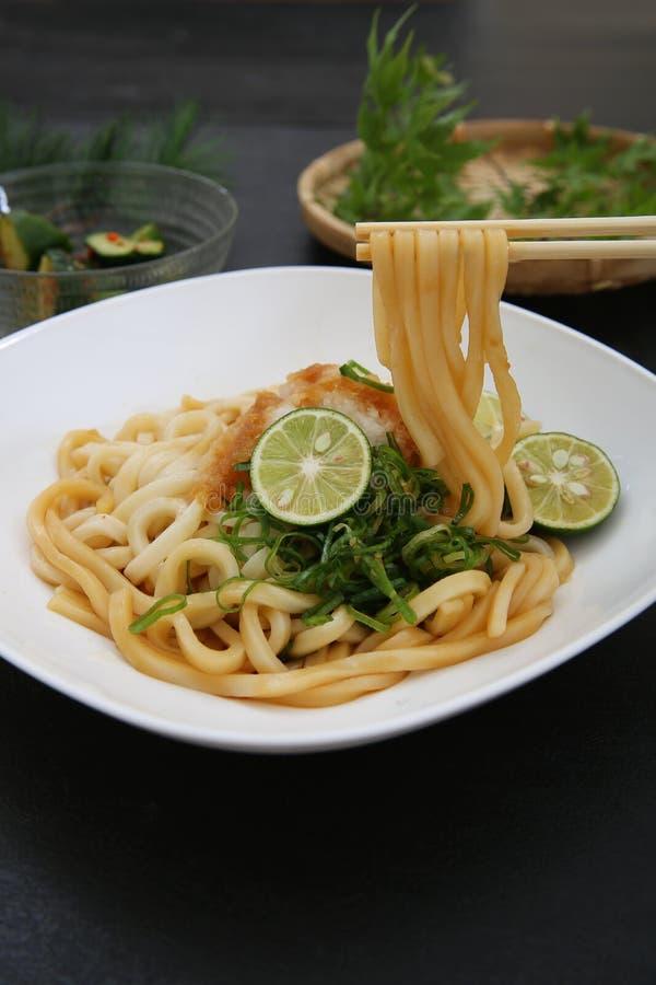 Refresco lo y la un plato llamado el udon fotos de archivo