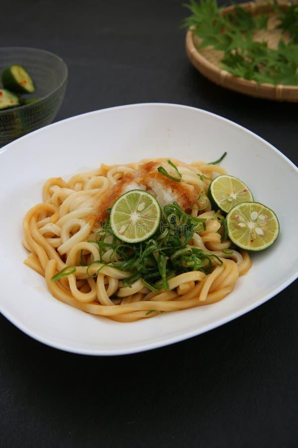Refresco lo y la un plato llamado el udon imagen de archivo