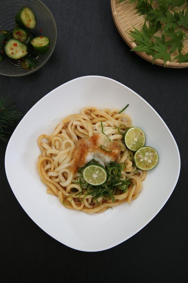 Refresco lo y la un plato llamado el udon fotografía de archivo