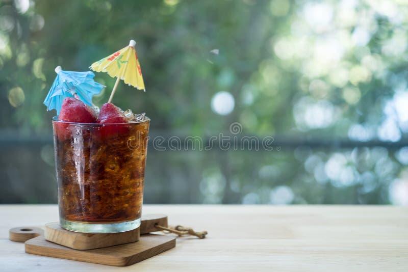 Refrescos com morangos do gelo fotos de stock royalty free