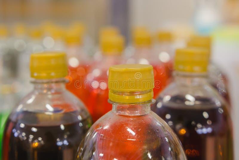 Refrescos en botella plástica en el supermercado fotos de archivo