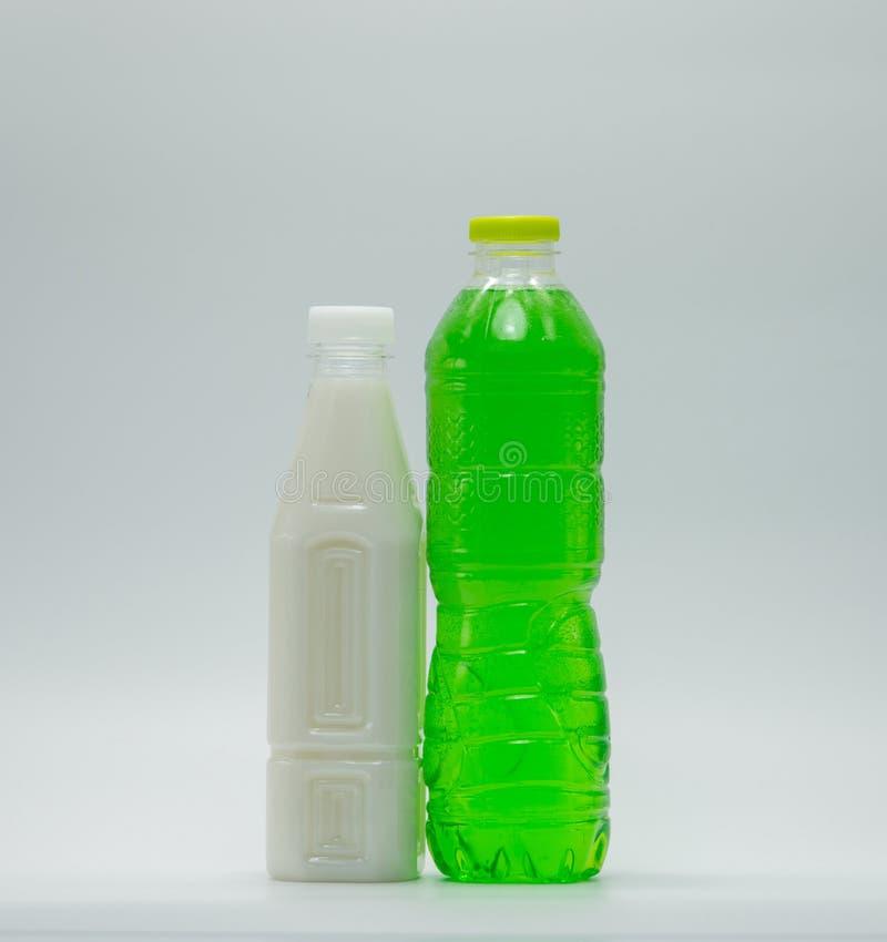 Refrescos na garrafa plástica com empacotamento moderno imagens de stock