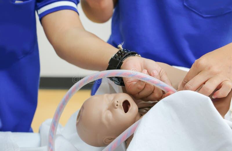 Refresher szkolenie pomagać poród nowonarodzonego z medyczną dziecko atrapą obraz stock