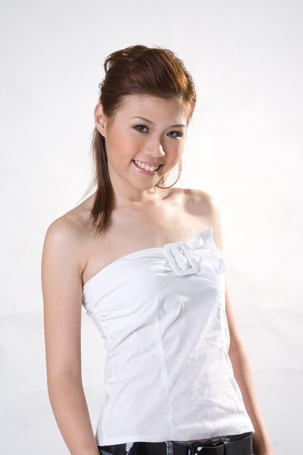 Refresque a la muchacha oriental sonriente fotografía de archivo