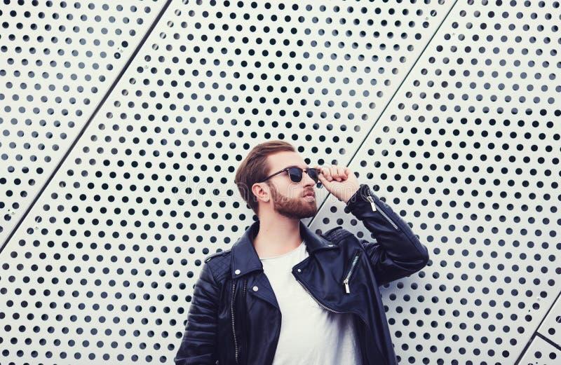 Refresque a los hombres de la moda en la chaqueta de cuero imágenes de archivo libres de regalías