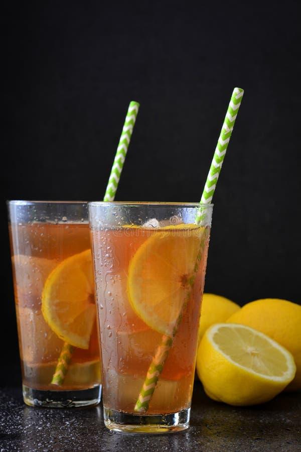 Refresque o chá de gelo com limão Enegreça o fundo de pedra fotografia de stock