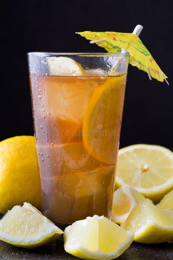 Refresque o chá de gelo com limão Enegreça o fundo de pedra fotografia de stock royalty free