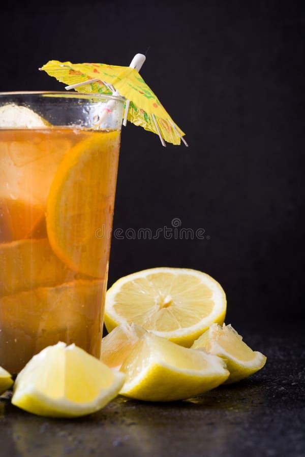 Refresque o chá de gelo com limão Enegreça o fundo de pedra imagem de stock royalty free