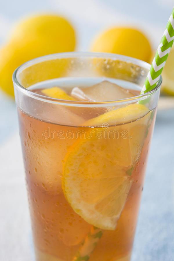 Refresque o chá de gelo com o limão na toalha do verão imagem de stock