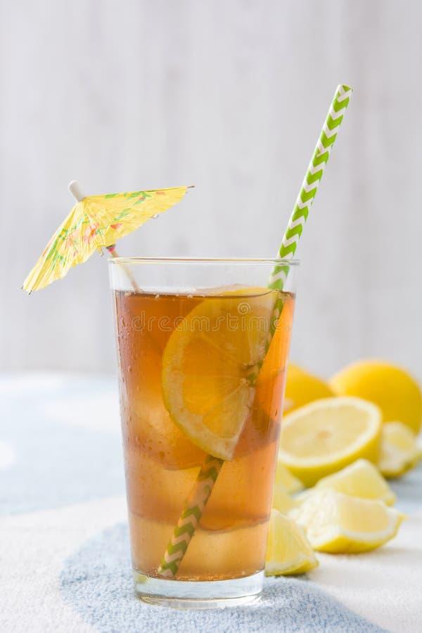 Refresque o chá de gelo com o limão na toalha do verão foto de stock